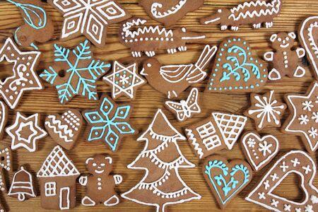 weihnachtskuchen: Gingerbread Cookies auf h�lzernen Hintergrund. Weihnachtsdekoration.