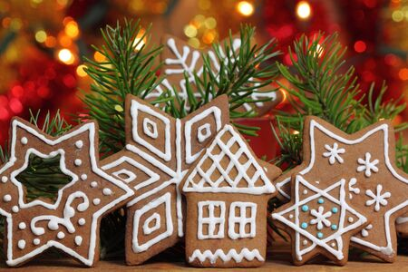 Gingerbread cookies y luces de colores. La decoraci�n de Navidad. photo