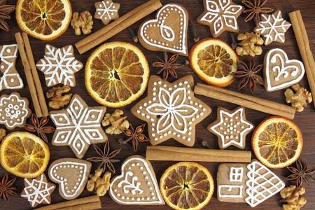 weihnachtskuchen: Gingerbread Cookies auf hölzernen Hintergrund. Weihnachtsdekoration.