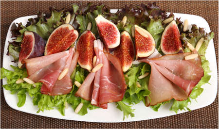 pignons de pin: Salad with prosciutto ham, figs and pine nuts.