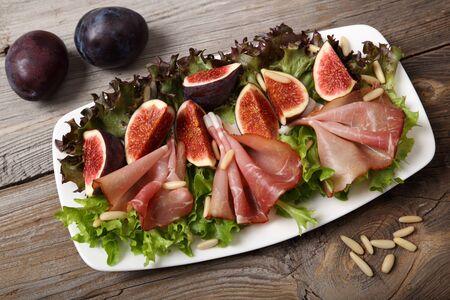pinoli: Salad with prosciutto ham, figs and pine nuts.