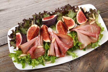 pinoli: Insalata con prosciutto, fichi e pinoli.