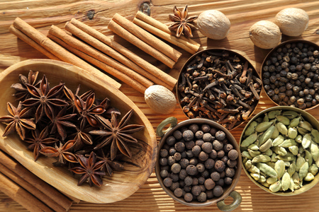 Especias aromáticas en marrón. Ingradients Cocina y aditivos alimentarios naturales.