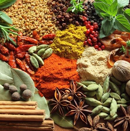 ESPECIAS: Hierbas y especias composici�n. Ingredientes de cocina en una mesa de cer�mica.