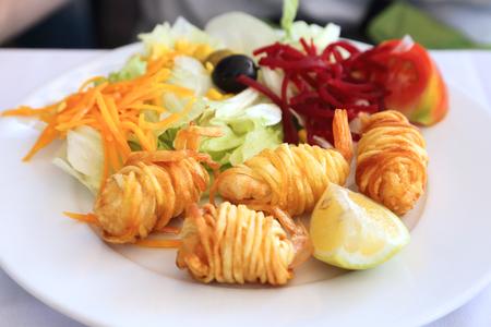 camaron: Ensalada y el camarón frito envuelto en tiras de patata.