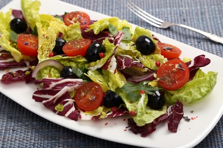 black olives: Salad with radicchio, lettuce, tomatoes and black olives.