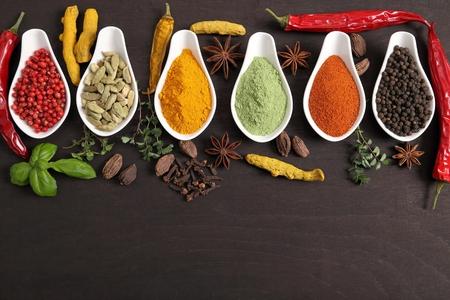 Coloré, épices indiennes et des herbes aromatiques sur un fond en bois. Banque d'images