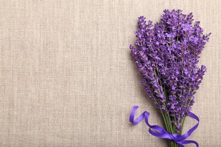 Stelletje lavendel op een linnen achtergrond.