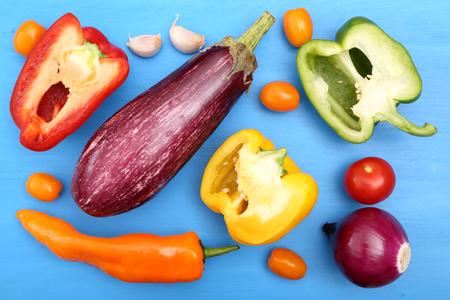 pimientos: verduras de color: pimientos, tomates y berenjenas. Foto de archivo