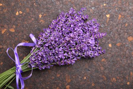 fondos violeta: Manojo de lavanda en el corcho fondo oscuro.