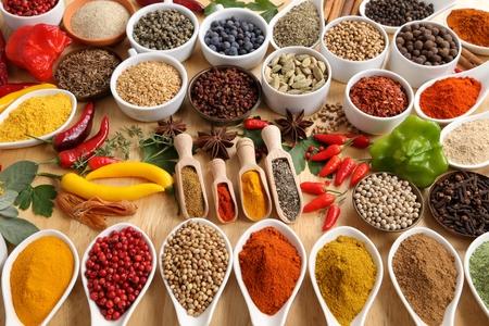 Hierbas y especias en tazones de cerámica. Ingredientes aromáticos y aditivos alimentarios naturales.