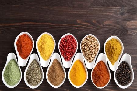 Especias en tazones de cerámica. Ingredientes aromáticos y aditivos alimentarios naturales.