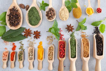 Especias en cuchara de madera. Ingredientes aromáticos y aditivos alimentarios naturales.