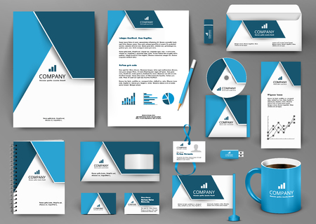 Professionele blauwe universal branding design kit met origami element. Corporate identity template, business stationery mock-up voor het vastgoedbedrijf. Bewerkbare vector illustratie: map, mok, enz.