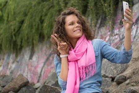 43647978 - Pareja feliz hermosa mujer sonriente haciendo un autorretrato  con la cámara del teléfono. Mujer sentada en las piedras rocosas en las  plantas ... 69b183b63d69