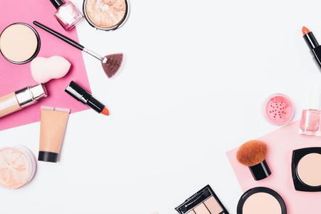 Dekorative Kosmetik und Accessoires für Frauen auf weißem Hintergrund, flach. Top-View-Make-up-Tools und Schönheitsprodukte.