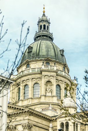 St. Stephens Basilica. Landmark with grey baroque dome and small sculptures of people, Budapest 版權商用圖片 - 124823672