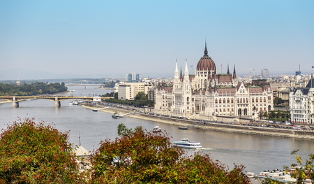 A Budapest city landscape, wide view on the Hungarian Parliament Building and Danube River 版權商用圖片 - 124823819
