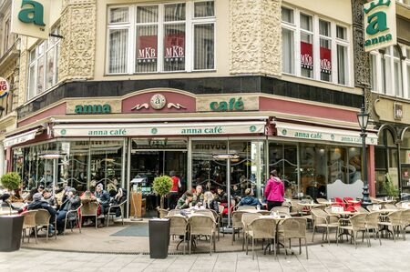 BUDAPEST, HUNGARY - 24 August, 2018: People sit at Anna Cafe by famous tourists Vaci Street in Budapest 新聞圖片