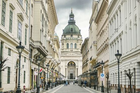 BUDAPEST, HUNGARY - 24 August, 2018: Street view of St. Stephens Basilica 新聞圖片