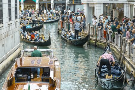 VENICE, ITALY - 25 August, 2018: The Grand Canal Shopping Center in Venetian and tourists ride on the Venetian boat Gondola 新聞圖片