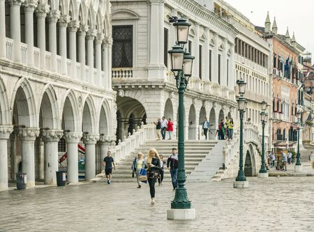 VENICE, ITALY - 25 August, 2018: People in San Marco Square in Venice 新聞圖片