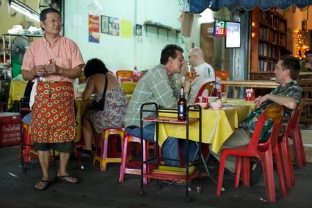 BANGKOK - 12. Januar. Restaurant-Besitzer Jagd auf potenzielle Kunden in der Nähe Khao San Road am 12. Januar 2012 in Bangkok, Thailand. Es ist gängige Praxis, neue Kunden zu locken.