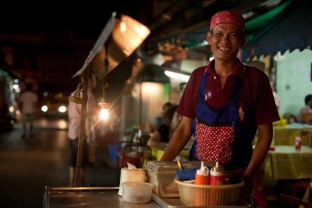 hombre cocinando: BANGKOK - 12 de enero. Hombre de cocina en Khao San Road el 12 de enero de 2012 en Bangkok, Tailandia. Calle cocina es una tradici�n y en todas partes de Tailandia.