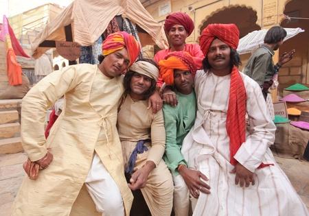 Jaisalmer, Indien 8. Dezember. Indian M�nner posieren als Statisten auf einer Reihe von einem Bollywood-Film am Dez 8, 2010. Bollywood ist die zweitgr��te Film industy in der Welt. Editorial