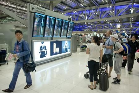 BANGKOK 17. Januar. Die Menschen vor der Abreise von Bord Flughafen Bangkok am 17. Januar 2012. am frühen Morgen. Suvarnabhumi Flughafen ist Welt Editorial