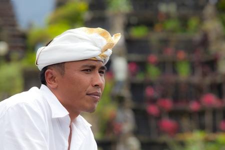 hindues: BALI - 22 de enero. Bali peregrino en la madre en el Templo Besakih el 22 de enero de 2012 en Bali, Indonesia. La mayoría de los hindúes de Bali hacer una peregrinación anual a la madre de todos los templos. Editorial
