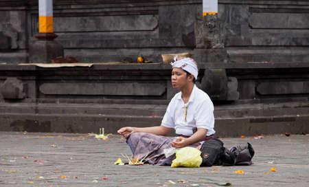 hindues: BALI - 22 de enero. Bali peregrino a Temple Madre en Besakih el 22 de enero de 2012 en Bali, Indonesia. La mayoría de los hindúes balineses hacen una peregrinación anual a la madre de todos los templos.