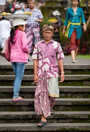hindues: BALI - 22 de enero. Bali peregrinos en el templo madre de Besakih el 22 de enero de 2012 en Bali, Indonesia. La mayoría de los hindúes de Bali hacer una peregrinación anual a la madre de todos los templos. Editorial