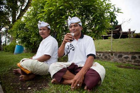 udeng: BALI - 22 de enero. Bali peregrinos en el templo madre de Besakih el 22 de enero de 2012 en Bali, Indonesia. La mayor�a de los hind�es de Bali hacer una peregrinaci�n anual a la madre de todos los templos. Editorial