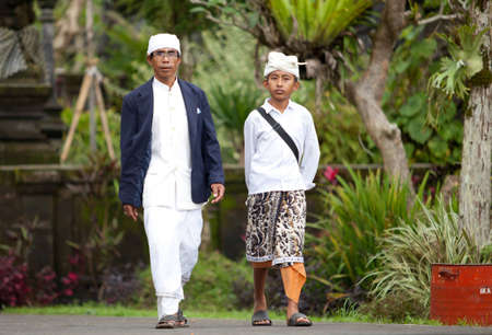 udeng: BALI - 22 de enero. Bali peregrinos a la Madre en Besakih templo el 22 de enero de 2012 en Bali, Indonesia. La mayor�a de los hind�es balineses hacen una peregrinaci�n anual a la madre de todos los templos Editorial