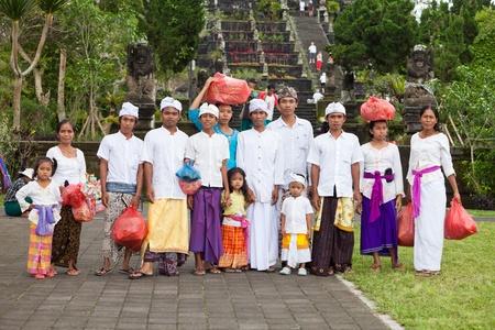 hindues: BALI - 22 de enero. Bali peregrino de la familia en el Templo de la Madre en Besakih el 22 de enero de 2012 en Bali, Indonesia. La mayor�a de los hind�es de Bali hacer una peregrinaci�n anual a la madre de todos los templos Editorial