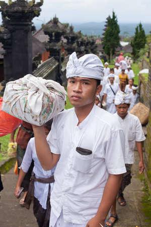 hindues: BALI - 22 de enero. Bali peregrinos a la Madre en Besakih templo el 22 de enero de 2012 en Bali, Indonesia. La mayoría de los hindúes balineses hacen una peregrinación anual a la madre de todos los templos. Editorial