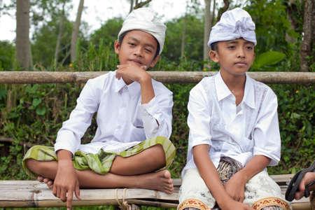 udeng: BALI - 22 de enero. Bali peregrino ni�os en el templo de la Madre en Besakih el 22 de enero de 2012 en Bali, Indonesia. La mayor�a de los hind�es balineses hacen una peregrinaci�n anual a la madre de todos los templos.