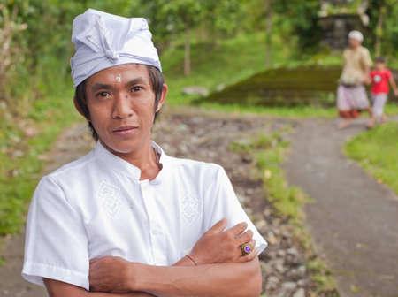 udeng: BALI - 22 de enero. Bali peregrino en la madre en el Templo Besakih el 22 de enero de 2012 en Bali, Indonesia. La mayor�a de los hind�es de Bali hacer una peregrinaci�n anual a la madre de todos los templos. Editorial