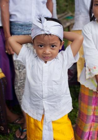 BALI - 22. Januar. Balinesischen Pilger Kind mit den Eltern bei Mutter-Tempel in Besakih am 22. Januar 2012 in Bali, Indonesien. Die meisten Balinesen Hindus machen jährlich einen Pilger auf die Mutter aller Tempel.