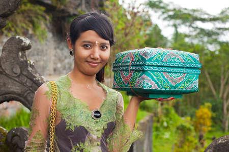 udeng: BALI - 22 de enero. Bali ofrece al peregrino con el Templo Madre de Besakih el 22 de enero de 2012 en Bali, Indonesia. La mayor�a de los hind�es de Bali hacer una peregrinaci�n anual a la madre de todos los templos Editorial