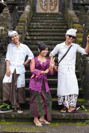udeng: BALI - 22 de enero. J�venes peregrinos de Bali en el Templo Madre de Besakih el 22 de enero de 2012 en Bali, Indonesia. La mayor�a de los hind�es de Bali hacer una peregrinaci�n anual a la madre de todos los templos