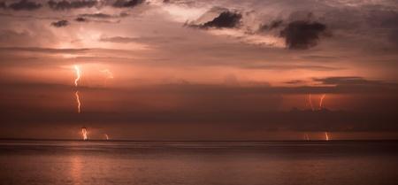 Blitze in der Nacht Himmel - lange Belichtung