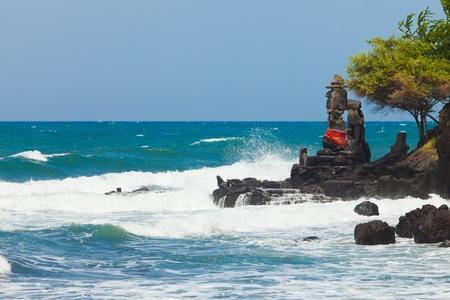 mare agitato: Balinese tempio di fronte al mare a Bali, Indonesia Archivio Fotografico