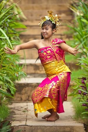 Junge balinesische Tänzerin Durchführung traditionellen Legong Tanz