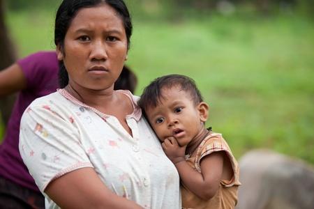 BALI - 30. Januar. Familientreffen in Dorf für Galungan Zeremonie Zubereitungen auf der 30. Januar 2012 in Bali, Indonesien. Galungan ist ein balinesischer Urlaub vorkommenden alle 210 Tage dauert 10 Tage.