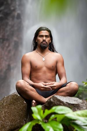 Man sitzt in der Meditation auf Felsen am Wasserfall im tropischen Regenwald Standard-Bild - 13212843