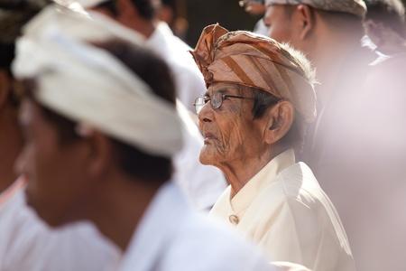 udeng: BALI - 01 de febrero. Village reuniendo en el templo local para la ceremonia Galungan el 1 de febrero de 2012 en Bali, Indonesia. Galungan es un d�a de fiesta de Bali que ocurre cada 210 d�as que dura 10 d�as.