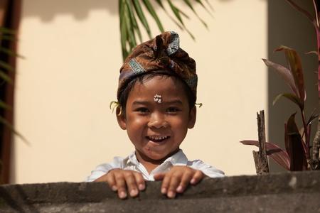 udeng: BALI - 01 de febrero. Los ni�os locales desempe�an en la pared del templo durante las festividades Galungan el 1 de febrero de 2012 en Bali, Indonesia. Galungan es un d�a de fiesta de Bali que ocurre cada 210 d�as que dura 10 d�as.