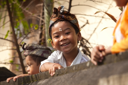 BALI - 1. Februar. Lokale Kinder spielen auf Tempelmauer w�hrend Galungan Feierlichkeiten am 1. Februar 2012 in Bali, Indonesien. Galungan ist ein balinesischer Urlaub vorkommenden alle 210 Tage dauert 10 Tage.